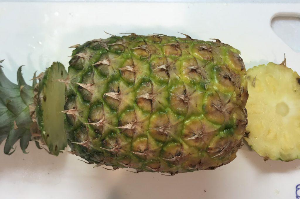 パイナップルの葉を落とす